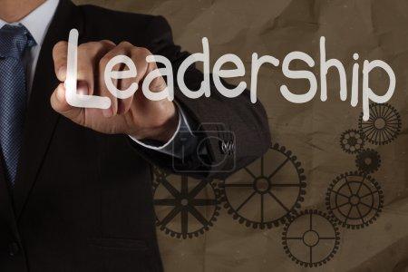 Photo pour Homme d'affaires écriture à la main compétences en leadership avec engrenage sur bacground recycle froissé comme concept - image libre de droit