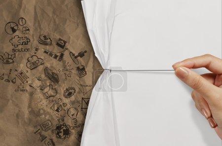 Photo pour Main d'affaires tire corde ouverte ridée papier show business stratégie sur le papier recyclé comme concept - image libre de droit
