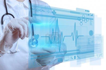 Photo pour Médecin travaillant avec une interface informatique moderne - image libre de droit