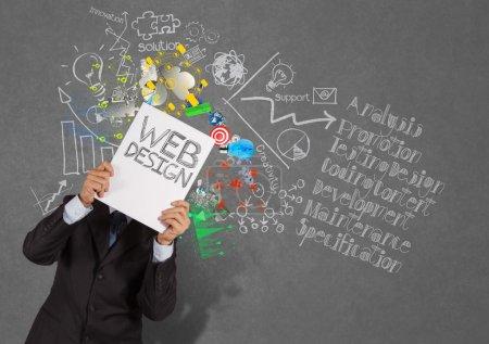 Photo pour Main de l'homme d'affaires montrent livre de web design et diagramme icônes sur fond de texture comme concept - image libre de droit