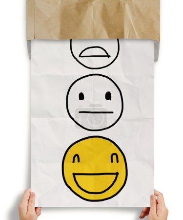 Photo pour Main retirer froissé le papier avec l'icône du client du service d'évaluation comme concept - image libre de droit