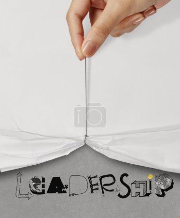 Photo pour Affaires main tirer corde ouvert ridée papier montrer LEADERSHIP conception texte comme concept - image libre de droit