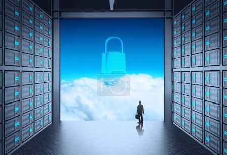 Photo pour Homme d'affaires permanent au réseau serveur salle et pallock icône 3d sur le cloud à l'extérieur comme concept - image libre de droit