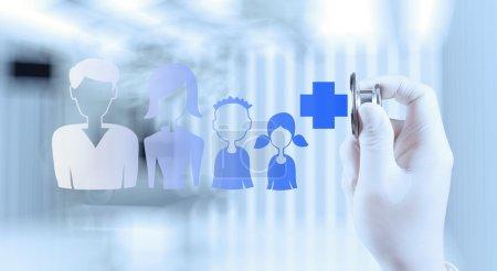 Photo pour Médecin main de médecin travaillant avec l'interface informatique moderne comme concept médical familial - image libre de droit