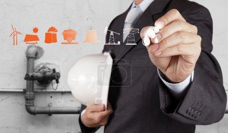 Photo pour Ingénieur montre raffinerie de pétrole et de gaz, pipelines et tours, industrie lourde comme concept - image libre de droit