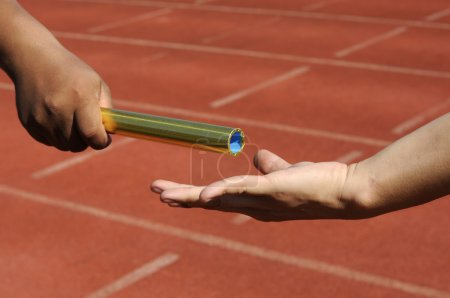mains de relais-athlètes envoi d'action