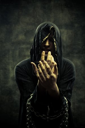 Photo pour Portrait de misérable jeune homme enchaîné dans la capuche - image libre de droit
