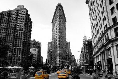 Photo pour Fer plat bâtiment à new york. photo noir et blanc avec cabine de taxi de couleur. - image libre de droit