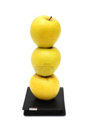 Photo pour Concept de vie en bonne santé est investissement aux pommes sur portefeuille - image libre de droit