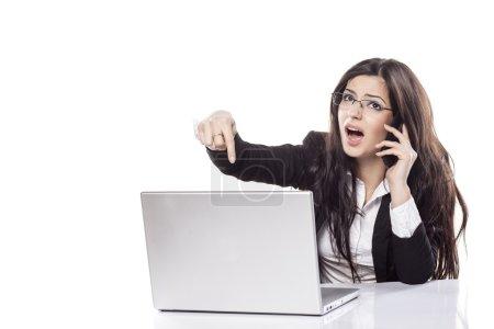 Photo pour Belle fille se plaignant de son ordinateur portable défectueux au téléphone - image libre de droit