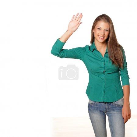 Photo pour Joyeux jeune fille attrayante agitant la main sur fond blanc - image libre de droit