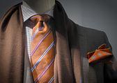 šedé sako s hnědý šátek, oranžové kravatě a kapesník