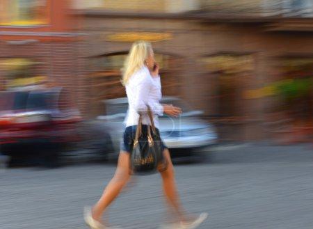 femme parler sur un téléphone portable à la hâte