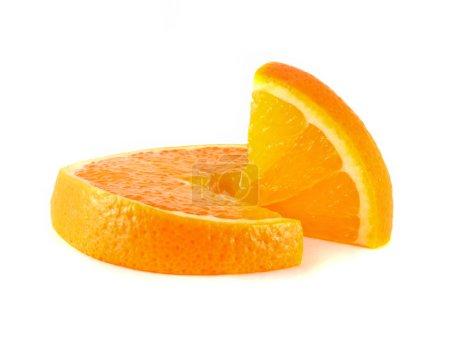 Photo pour Tranches d'orange avec tranche isolé sur fond blanc. agrumes frais d'alimentation (santé). fruits sains, avec des vitamines. - image libre de droit