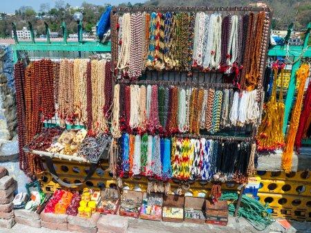 Photo pour Perles de prière indiennes (Japa Mala) et bijoux colorés dans un marché de rue, Rishikesh Inde . - image libre de droit