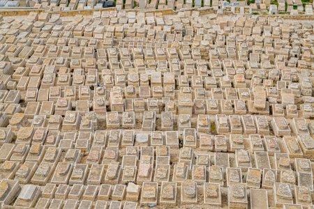 Photo pour Cimetière juif sur le Mont des oliviers, vieux de plus de 3 000 ans et détient environ 150 000 tombes, - image libre de droit