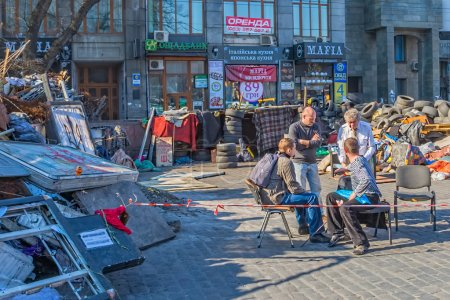 Photo pour Kiev, ukraine - 22 mars 2014 : gens et des barricades sur la rue de khreshchatyk dressent encore parce que les gens méfient de politiciens et attente pour les élections présidentielles. - image libre de droit