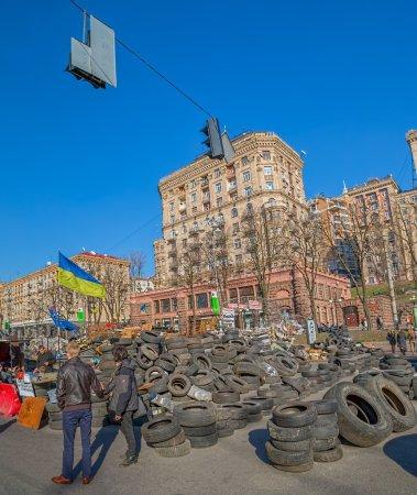 Photo pour Kiev, ukraine - 22 mars 2014 : barricades sur la rue de khreshchatyk dressent encore parce que les gens méfient de politiciens et attente pour les élections présidentielles. - image libre de droit