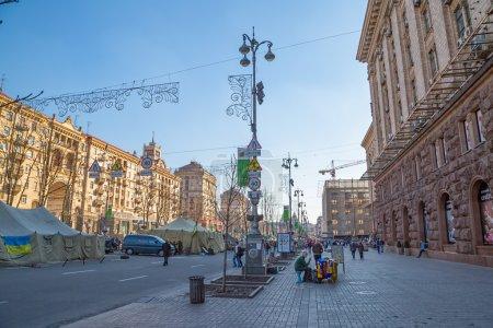 Photo pour Kiev, ukraine - 22 mars 2014 : les gens qui visitent la place maidan et des barricades sur la rue de khreshchatyk, sorcière encore debout parce que personnes en attente de l'élection présidentielle. - image libre de droit