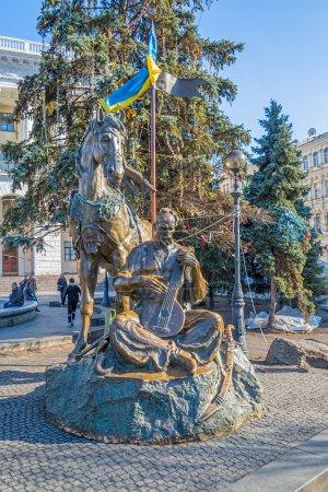 Photo pour Kiev, ukraine - 22 mars 2014 : manifestants décoré nezalezhnosti-gwendoline monument avec des drapeaux de l'ukraine et colliers. - image libre de droit