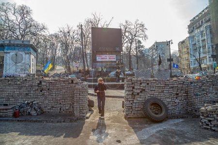 Photo pour Kiev, ukraine - 22 mars 2014 : gens qui visitent les barricades en face de l'entrée au stade dinamo kiev sorcière encore peuplements après la révolution dans le centre de la ville. - image libre de droit