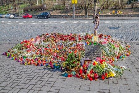 Photo pour Kiev, ukraine - 22 mars 2014 : fleurs pour les morts devant le Centre international de conventions. - image libre de droit