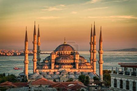 Photo pour Mosquée bleue au coucher du soleil glorius, istanbul, sultanahmet park. la plus grande mosquée à istanbul du sultan ahmed (empire ottoman). - image libre de droit