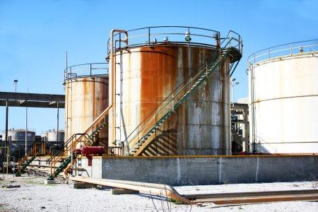 Photo pour Trois grands réservoirs industriels pour les produits chimiques - image libre de droit