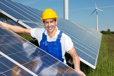 Foto de Ingeniero fotovoltaico o instalador instalar paneles solares - Imagen libre de derechos