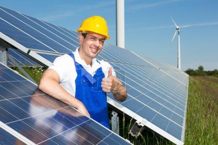 Foto de Ingeniero fotovoltaico mostrando pulgares hacia arriba en la matriz de energía solar - Imagen libre de derechos