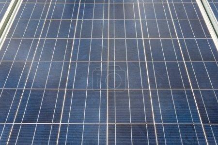 Photo pour Un gros plan de quelques panneaux d'énergie solaire pour la production d'électricité - image libre de droit