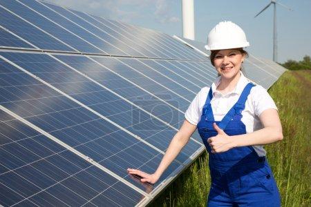 Foto de Un ingeniero posando con paneles de energía solar - Imagen libre de derechos