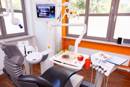 Photo pour Intérieur d'un cabinet dentaire - image libre de droit