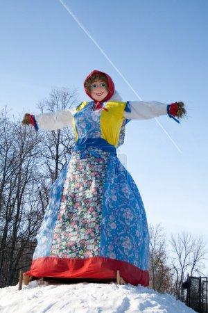 Photo pour Shrovetide. Grande poupée pour la combustion sur fond de ciel - image libre de droit