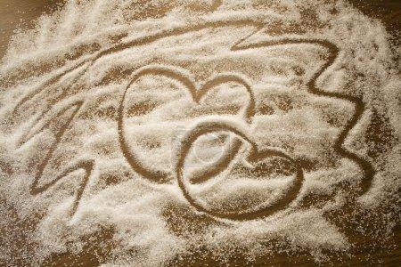 Photo pour Deux coeurs faits de sucre sur un fond sombre - image libre de droit