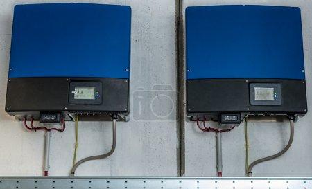 Foto de Inversor de un sistema fotovoltaico industrial instalados y cableados - Imagen libre de derechos