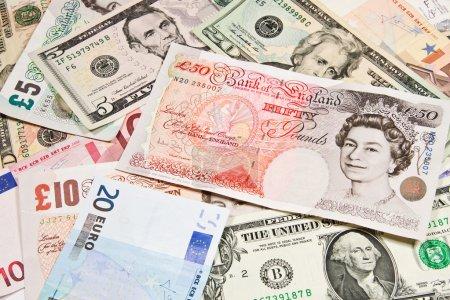 Photo pour Monnaies internationales, Pologne - zl, Angleterre - Livre, États-Unis - dollar, Russie - Rouble, Suisse - Frank, l'Union européenne - Euro . - image libre de droit