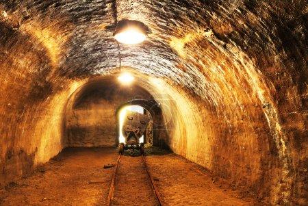 Photo pour Mine avec voie ferrée - exploitation minière souterraine - image libre de droit