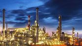 """Постер, картина, фотообои """"нефтеперерабатывающий завод в сумерках - фабрика"""""""