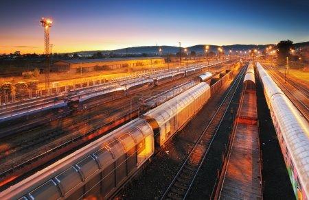 Photo pour Train Plate-forme de transport de marchandises - transit de fret - image libre de droit