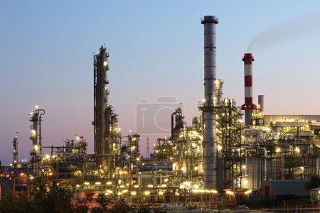Photo pour Industrie pétrolière et gazière - raffinerie au crépuscule - usine - usine pétrochimique - image libre de droit