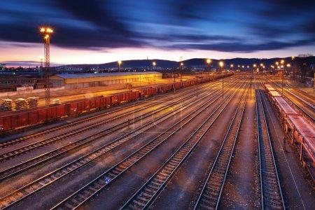 Photo pour Plate-forme de train de marchandises au coucher du soleil avec conteneur - image libre de droit