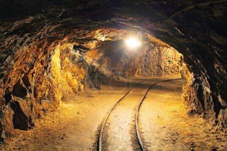 Photo pour Tunnel minier souterrain, industrie minière - image libre de droit