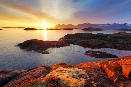Photo pour Océan côte magnifique coucher de soleil en Norvège - senja - image libre de droit