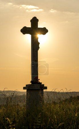 Photo pour Croix chrétienne sur fond de coucher de soleil - image libre de droit