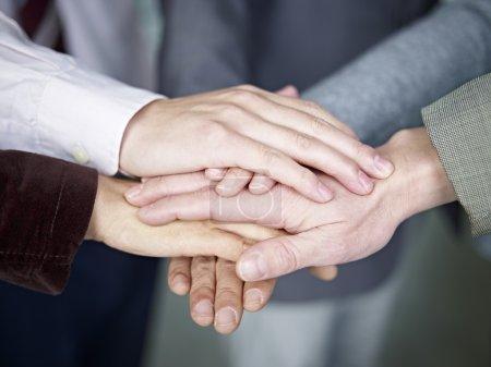 Photo pour Équipe de gens d'affaires montrant l'unité en mettant la main ensemble . - image libre de droit
