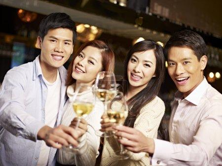 Foto de Jóvenes asiáticos amigos parejas disfrutando de fiesta en pub . - Imagen libre de derechos