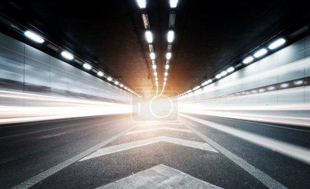 Photo pour Le tunnel la nuit, les lumières formaient une ligne . - image libre de droit