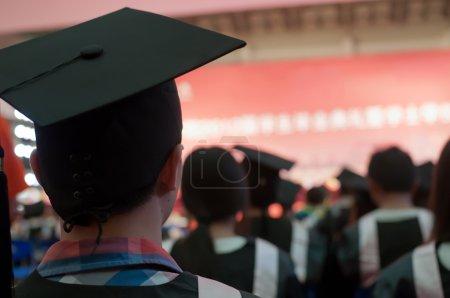 Photo pour Coup de chapeaux de remise des diplômes au cours de l'entrée en vigueur - image libre de droit