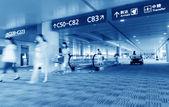 Cestující na letišti pudong shanghai